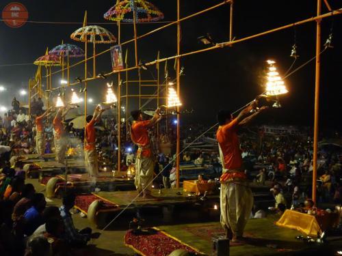 Brahmáni při rituálu Ganga pudža - Váránasí